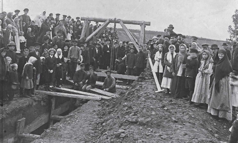 Рабочие и обыватели во время закладки канализации. 1915