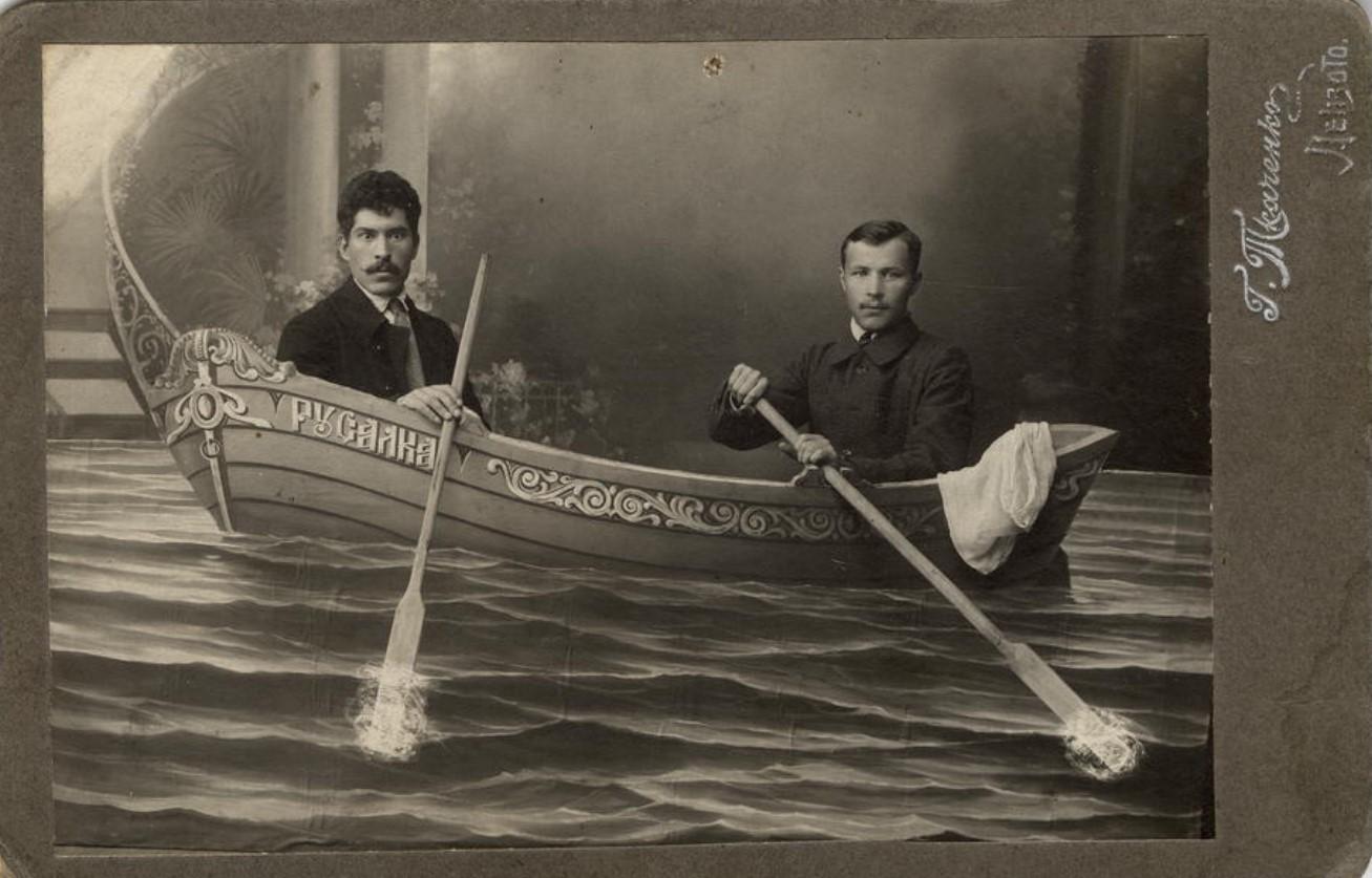 Двое мужчин на борту «Русалки». 1916