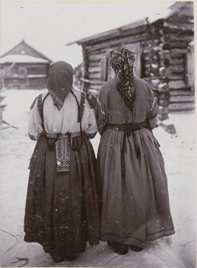 Две хантки в праздничной одежде. Иртыш
