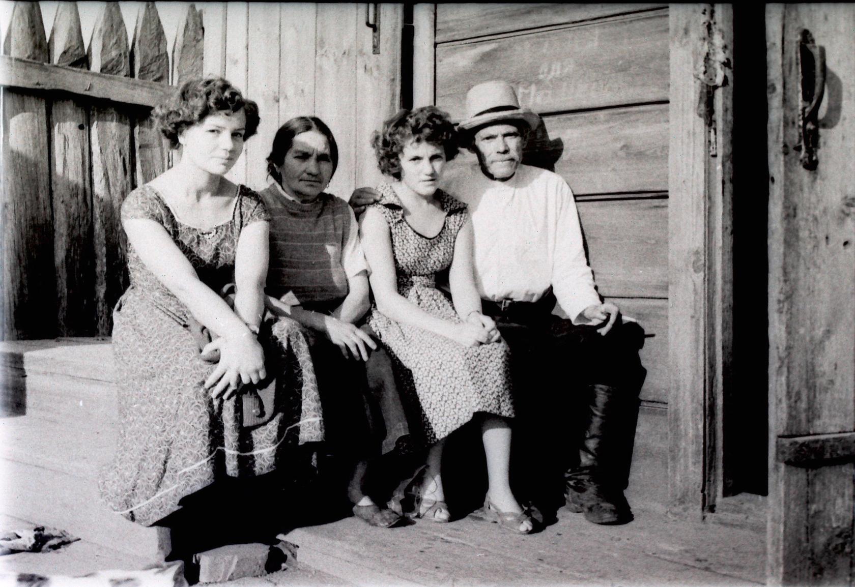1955. На крыльце дома по улице Карла Либкнехта (Нерпинская) №16