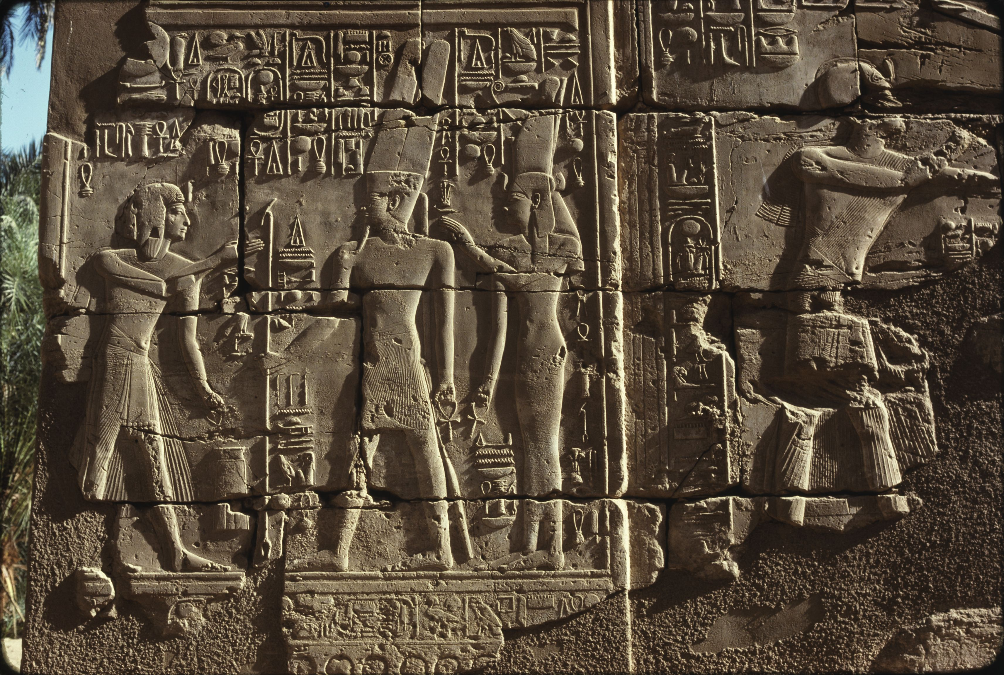 Храм Амона-Ра. Рельефы в Большом колонном зале. Сети I, Амон и Мут