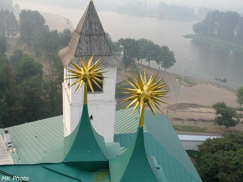 Загадочные церковные шары с иглами на фоне Которосли