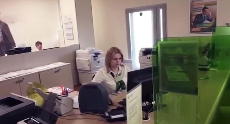 Недовольный клиент Сбербанка привел стриптизерш, чтобы показать, как надо работать
