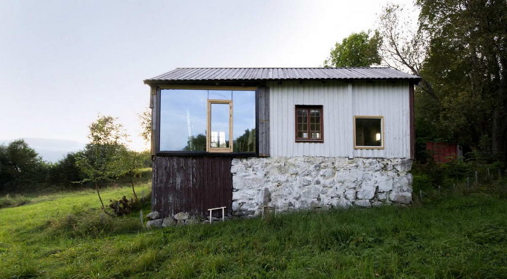 Неказистый сарай превратили в уютный домик