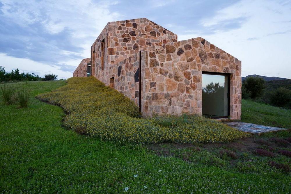 Каменный дом-сарай на берегу в Италии