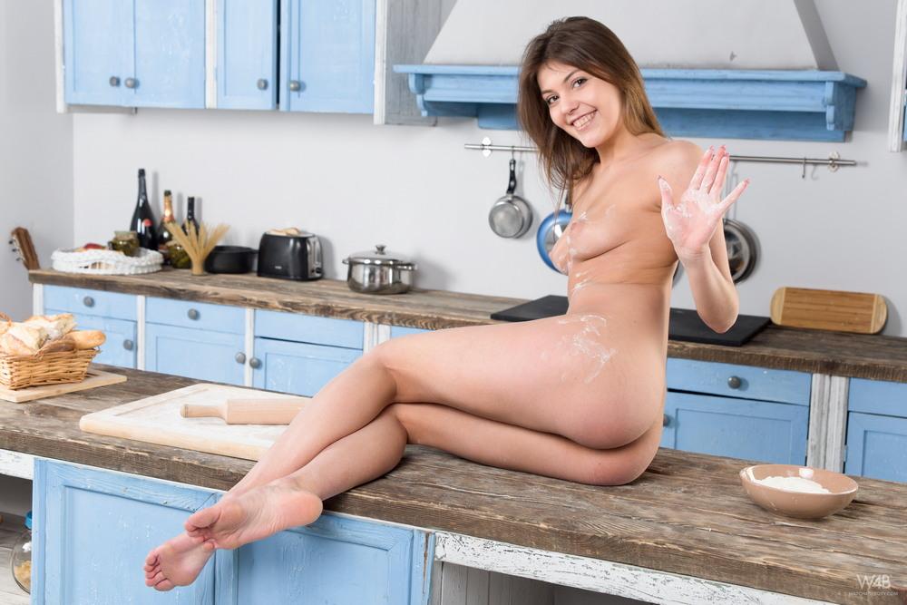Моника хулиганит на кухне