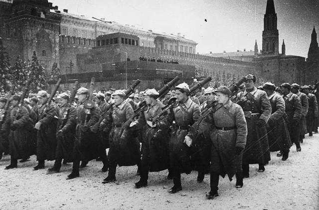 Проведение военного парада на Красной площади в Москве в 1941 году