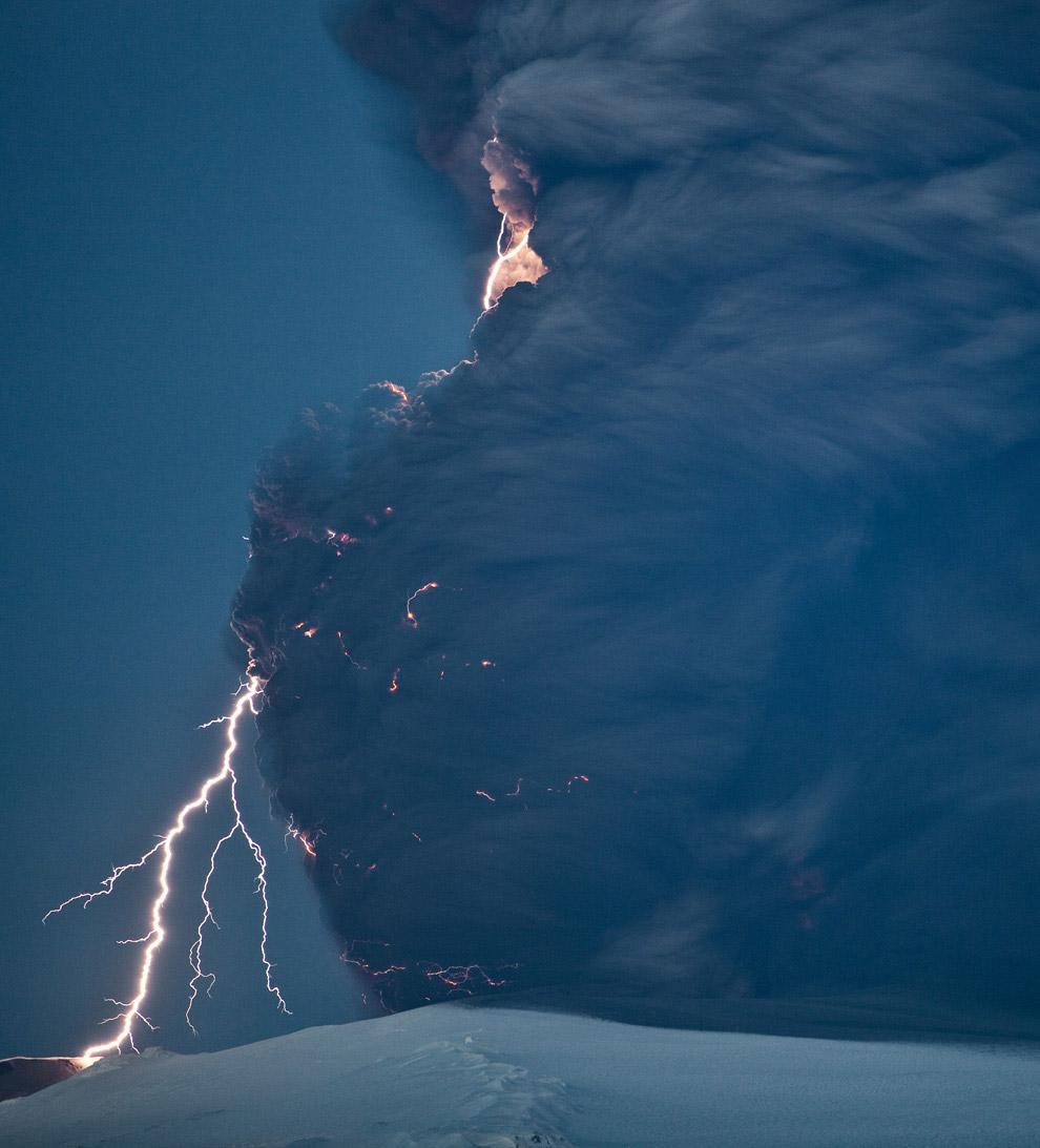 Извержение вулкана Эйяфьятлайокудль в 2010 году. (Фото NASA):
