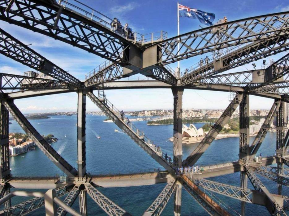 51. Этот мост, открывшийся в 1932 году, смотрит на Порт-Джэксон. Самые смелые могут подняться здесь