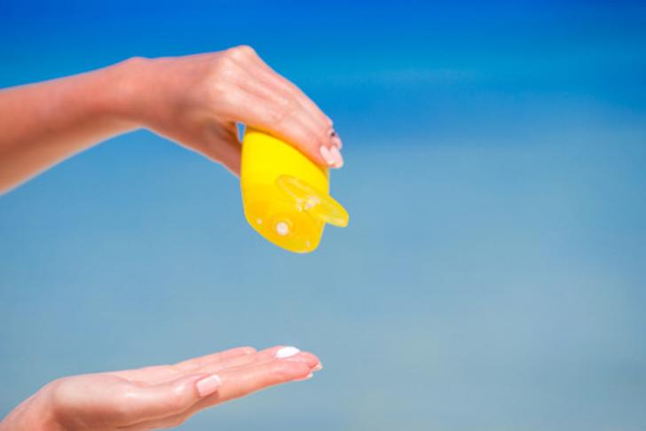 На самом деле это клей и солнцезащитный крем. Их смесь визуально сильно напоминает молоко, имеет при