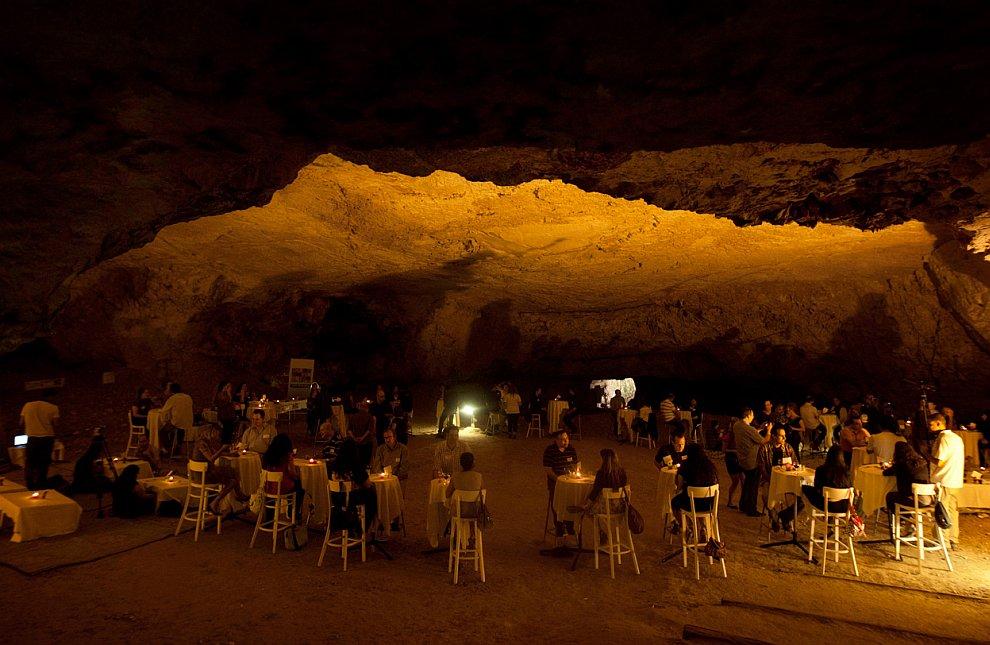 В трех часах езды от Парижа находится место Буре. Здесь высекают в скале 500-метровый тоннель