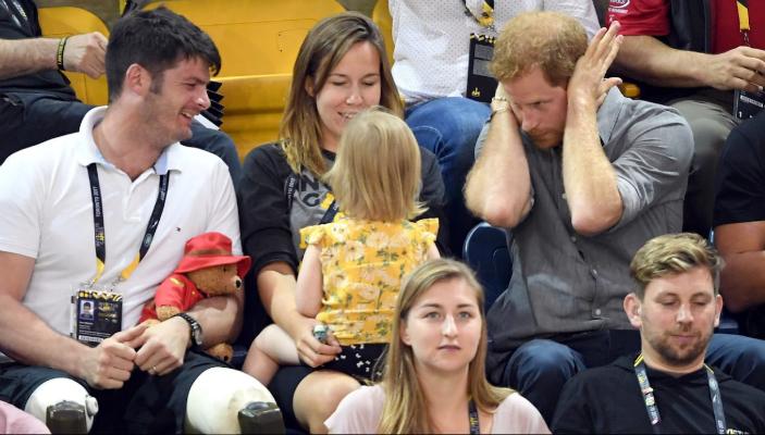 Скоро девочке все это надоело, она выпятила губу и сосредоточилась на волейболе.