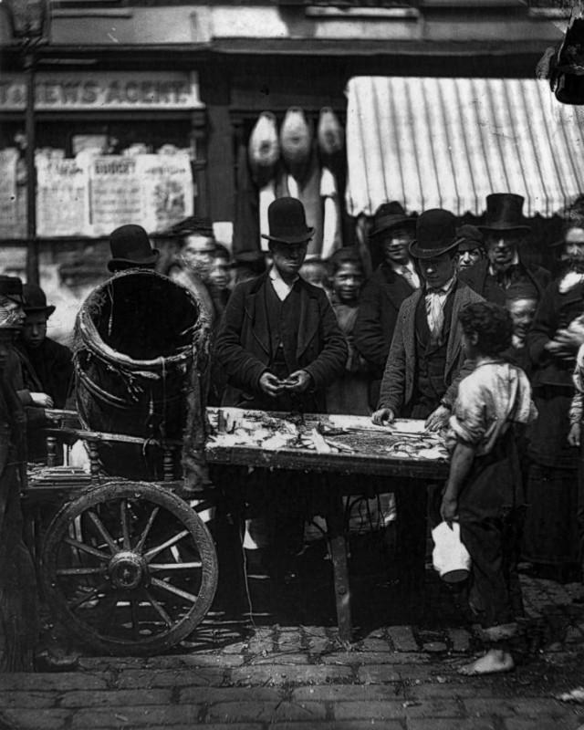 Местный торговец продает селедку.