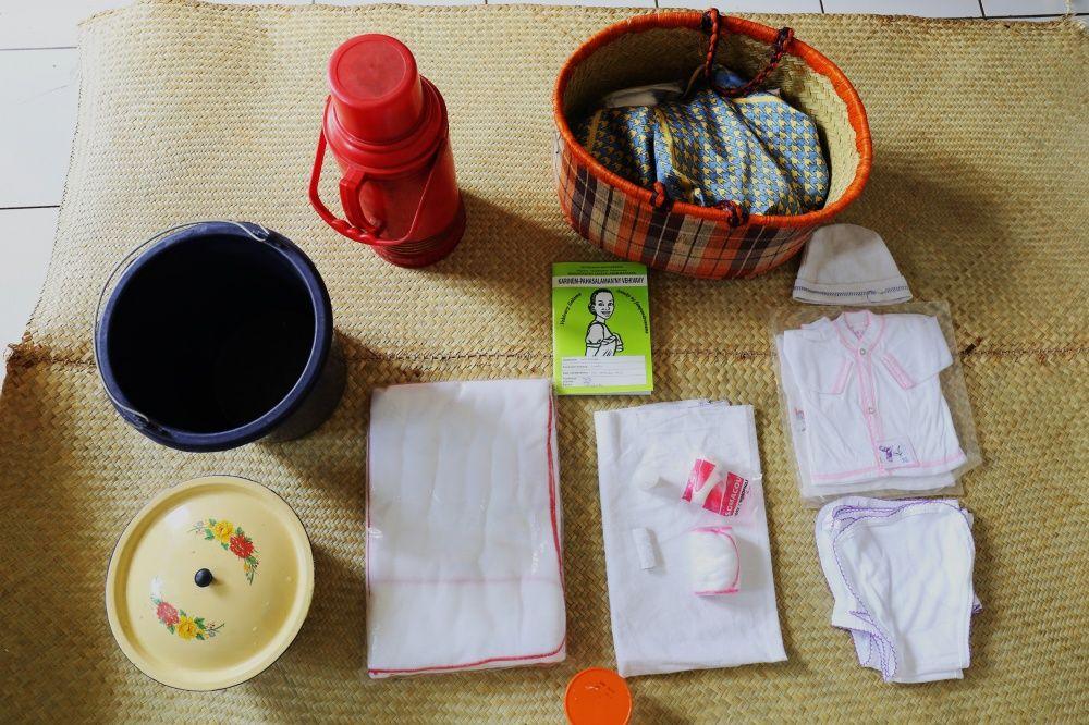 Вещи: детская одежда, вата, гигиенические прокладки, медицинский спирт, подгузники, термос, ведерко,