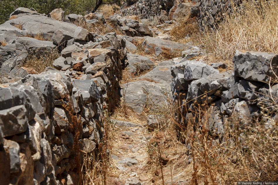 К началу строительства на вершине скалы находились руины древнего акрополя, которые и были использов