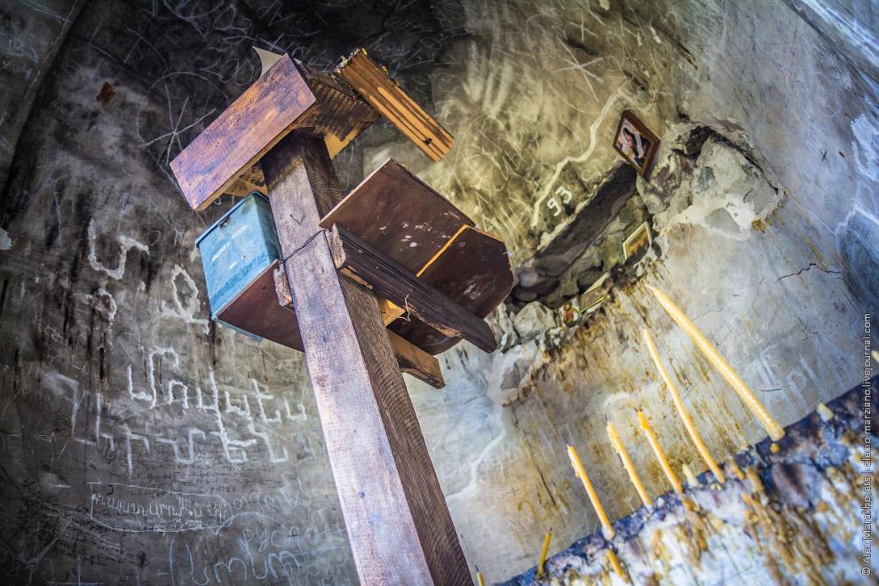 13. В этой церкви ведутся службы, она выглядит ухоженной и обитаемой, благодаря живущим тут монахам.
