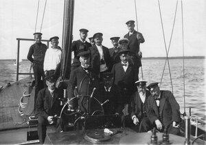 Судейская коллегия на борту парохода наблюдает за гонками яхт по Финскому заливу