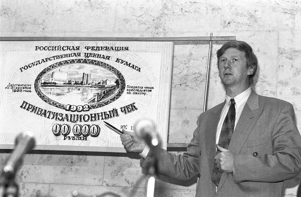 Председатель Госкомимущества Анатолий Чубайс на пресс-конференции, 1992 год