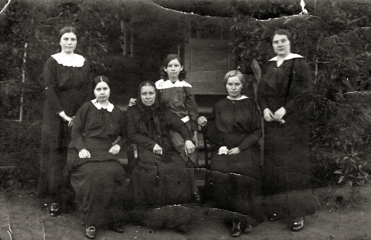 Прабабушка Панафидина с детьми