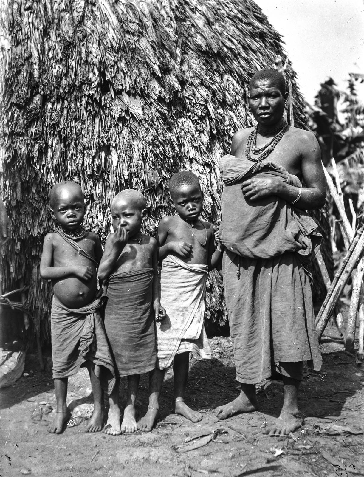 75. Женщина народности шамбала с тремя детьми