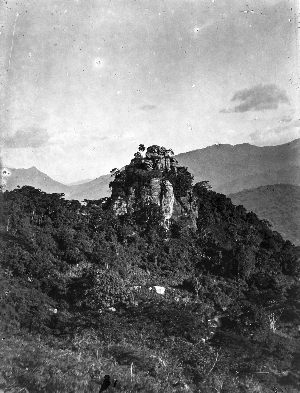 90. Скала на лесистом горном хребте в Бумбули