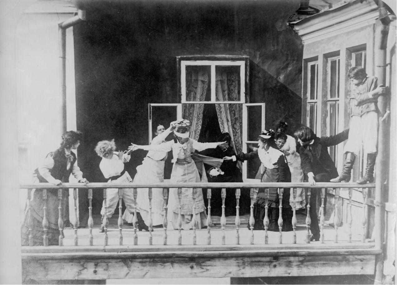 Игра в жмурки на балконе