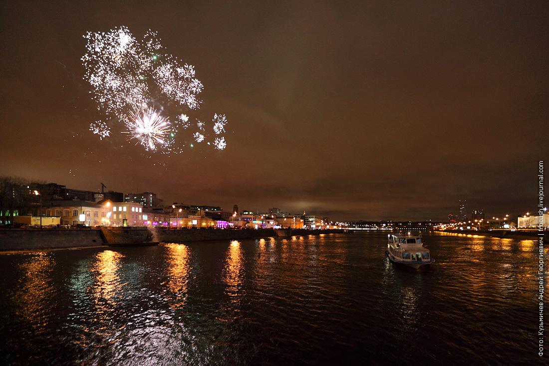 фейерверк в честь открытия прогулочной навигации по Москве-реке фотография