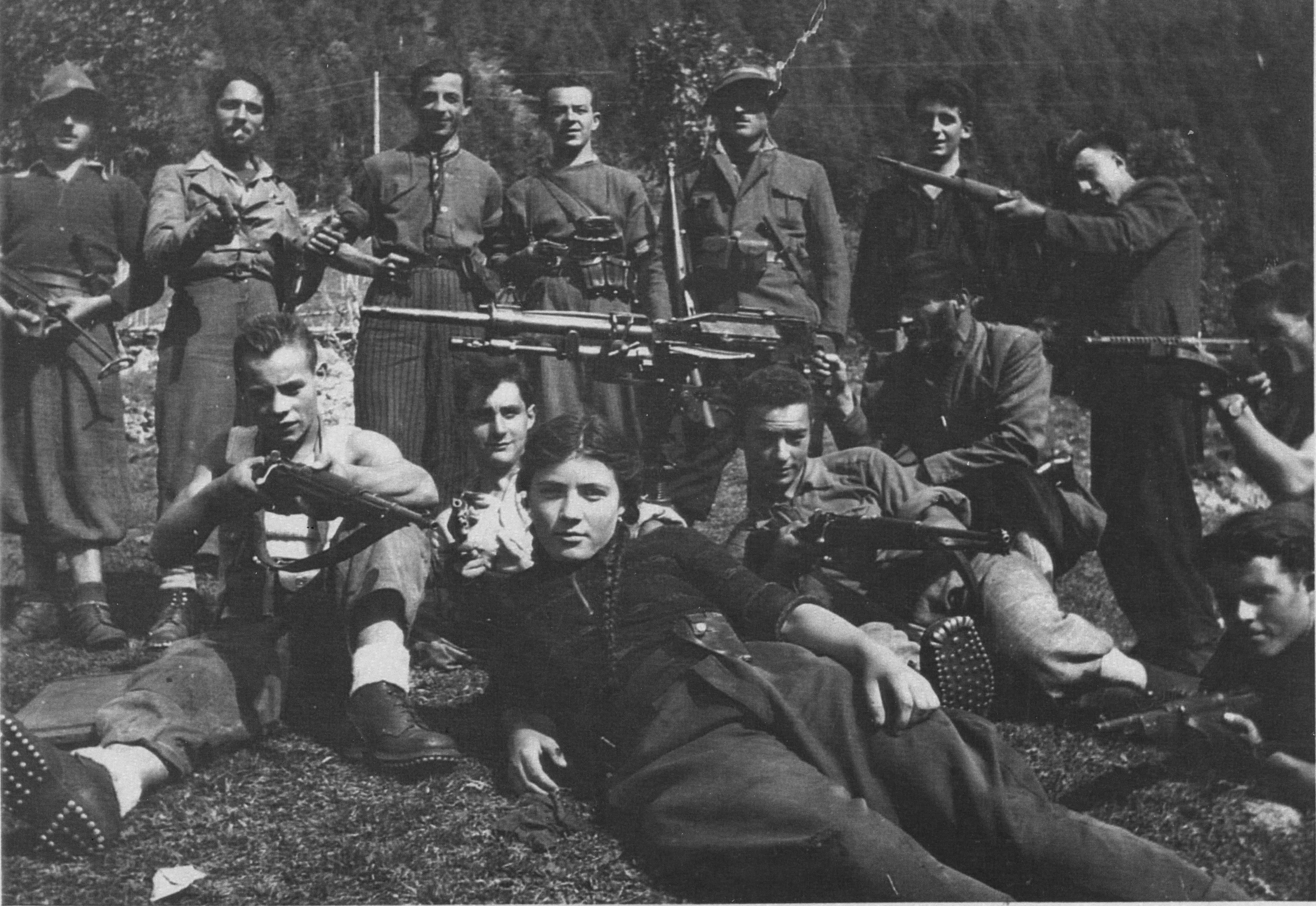 Rosi-Romelli-e-i-partigiani-della-54a-Brigata-Garibaldi-il-padre-Bigio-Romelli-impugna-la-mitragliatrice-Estate-1944-Val-Saviore-Anpi-Brescia.jpg