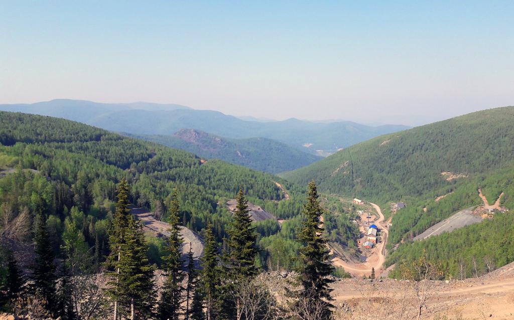 Вид на Коммунар с вершины горы Подлунной