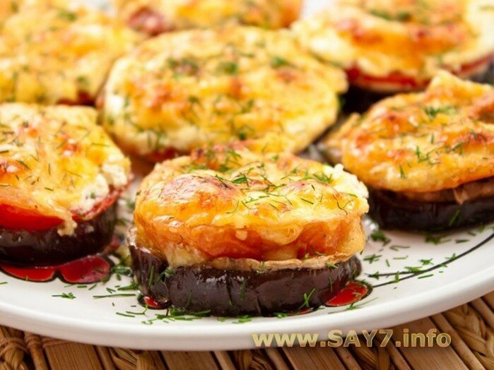Баклажаны, запеченные с помидорами и грибами