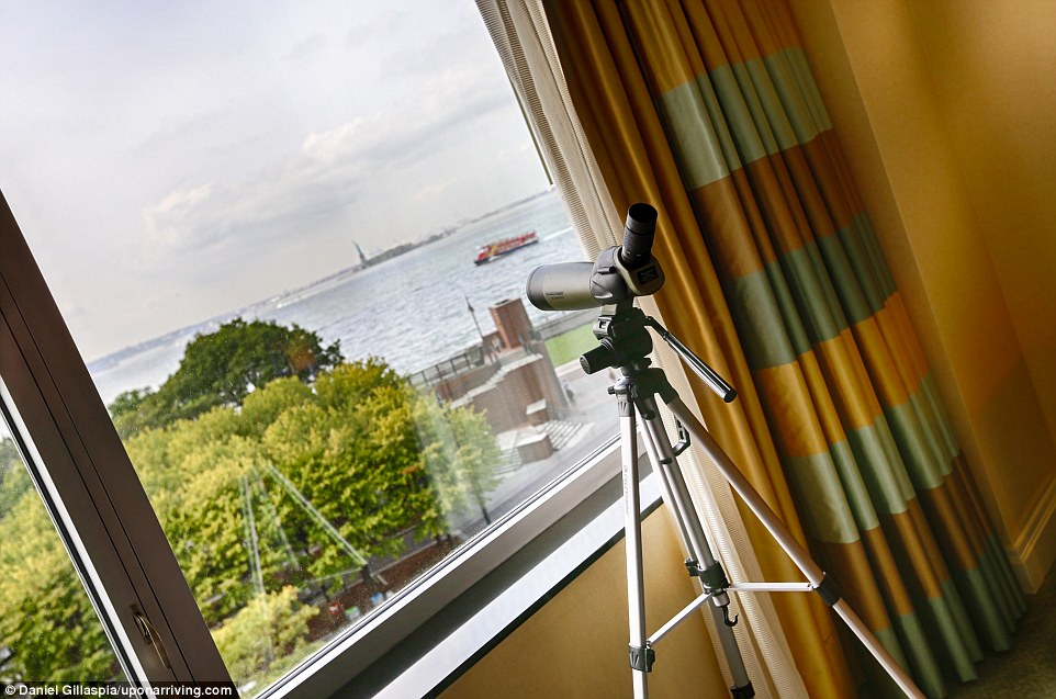 В Нью-Йорке пара остановилась в отеле Ritz Carlton Battery Park, заплатив сертификатами на бесплатны