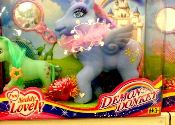 Эта игрушка — подделка My Little Pony, которая почему-то называется «Демон-осёл».