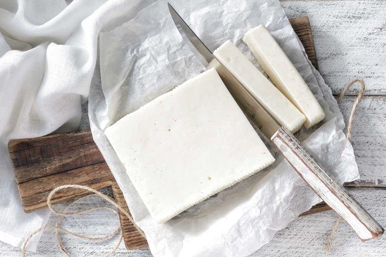 9. Обычный сыр vs фета Фета однозначно полезнее, чем привычные сыры. Использовать этот сыр можно не