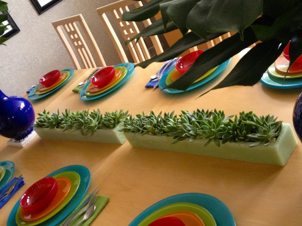 Настольные композиции изсуккулентов или невысоких цветов здорово освежают обеденный стол. Более ярк