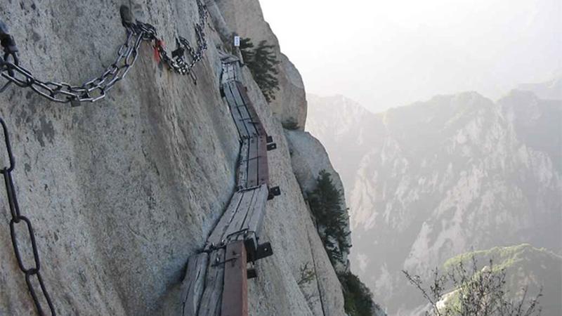 На вершине горы на высоте 2000 метров располагается старинный храм. Добраться до него можно по канат