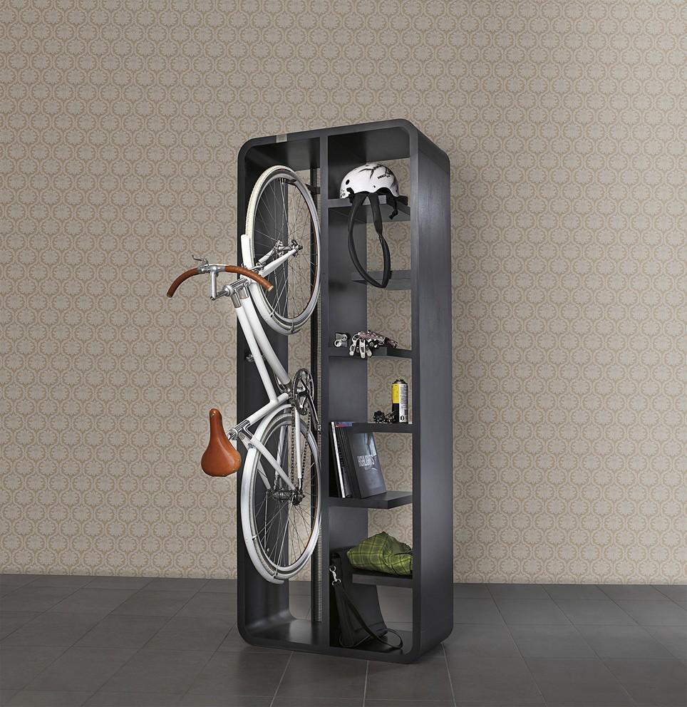 Объемный шкаф, в который можно положить немало полезных вещей. И велосипед.
