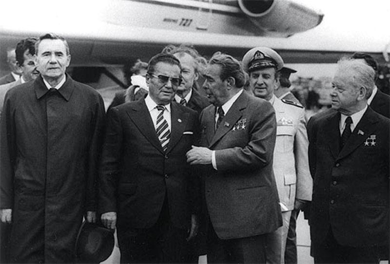 Дружественный поцелуй Брежнева с Иосипом Броз Тито был такой силы, что, по слухам, даже повредил губ
