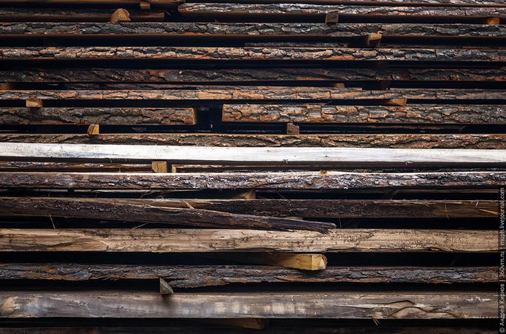 5. Движемся дальше. А дальше из отлежавшейся древесины с помощью деревообрабатывающих станков д
