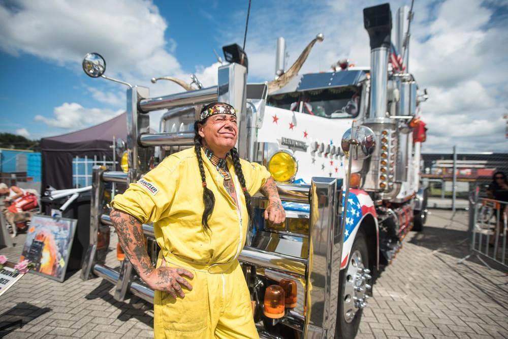 Источник: vice.com Сандер прогулялся по автодрому, где было представлено 2200 грузовиков. Он сфотогр