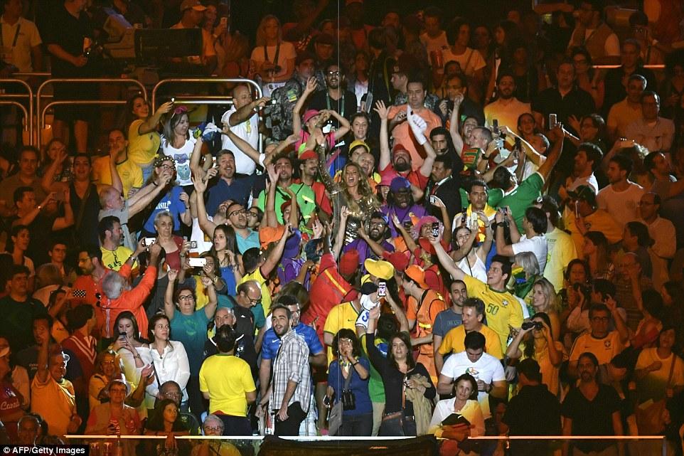 Супермодель Жизель Бундхен в окружении зрителей.