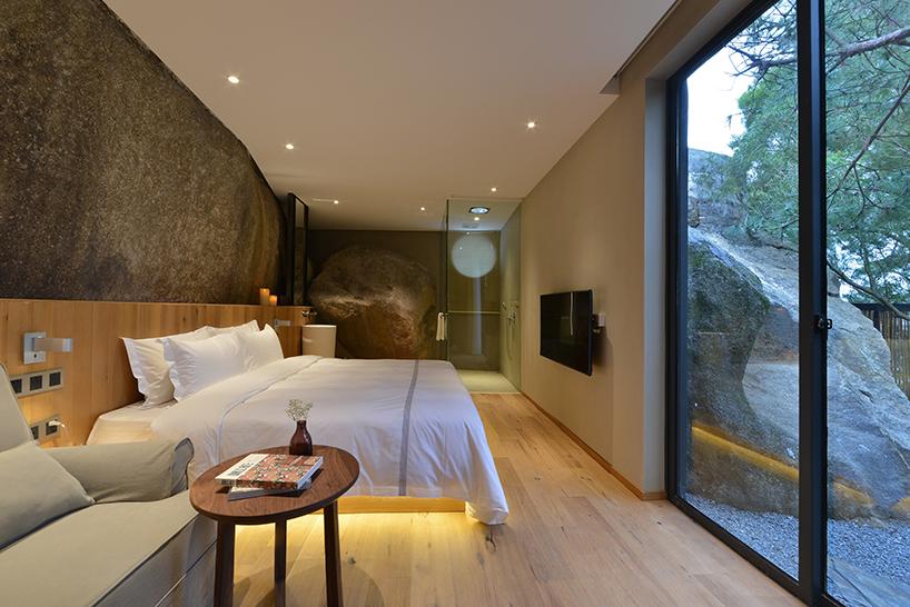 Номера отеля встроенные в каменный ландшафт в Китае