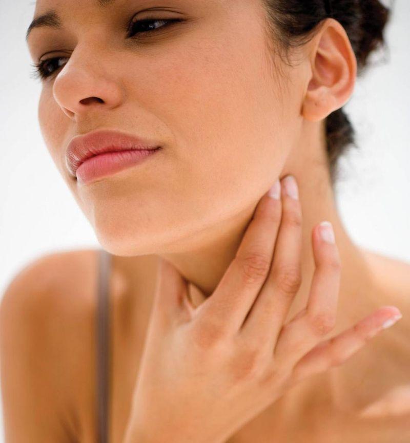 1. Что делать, если щекочет в горле Просто почешите ухо — вы простимулируете нервные окончания, кото