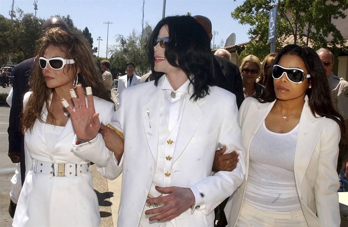 Майкл (в центре) и его сестры Ла Тойя (слева) и Дженет во время перерыва на судебном слушании в Сант