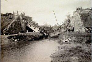 Солдаты и офицеры у разрушенного австрийцами моста.