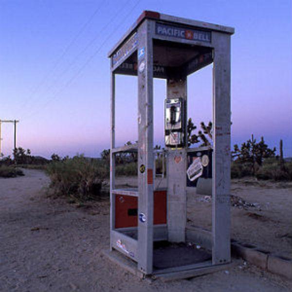 Одинокая телефонная будка