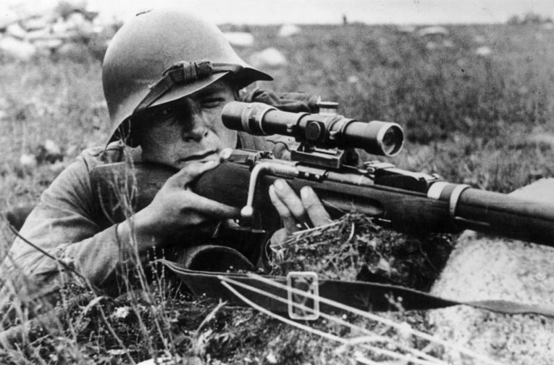 Советский снайпер на огневой позиции в августе 1941.jpg