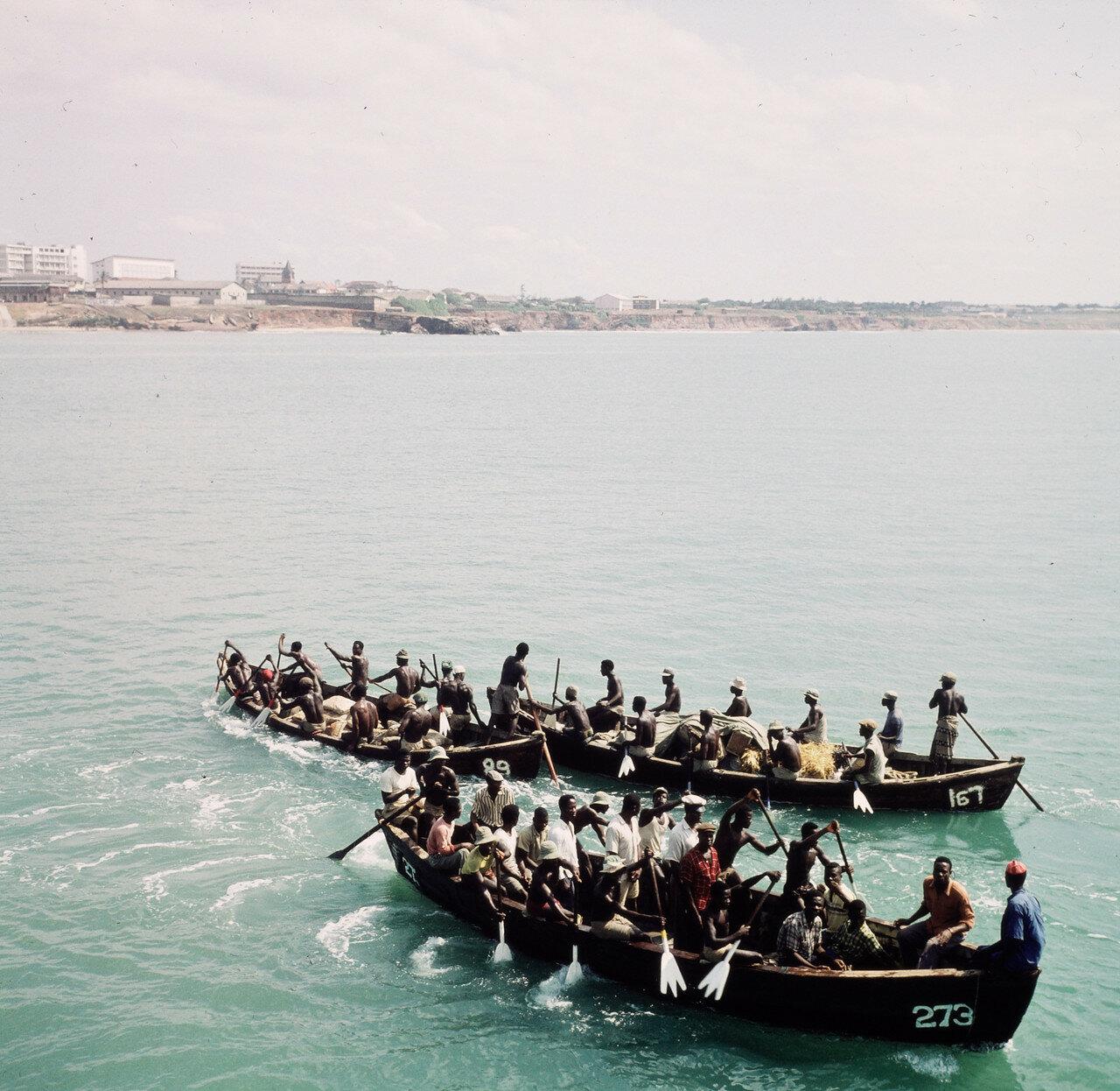 Прибойные шлюпки направляются к грузовым суднам для перевозки грузов на берег, 29 марта
