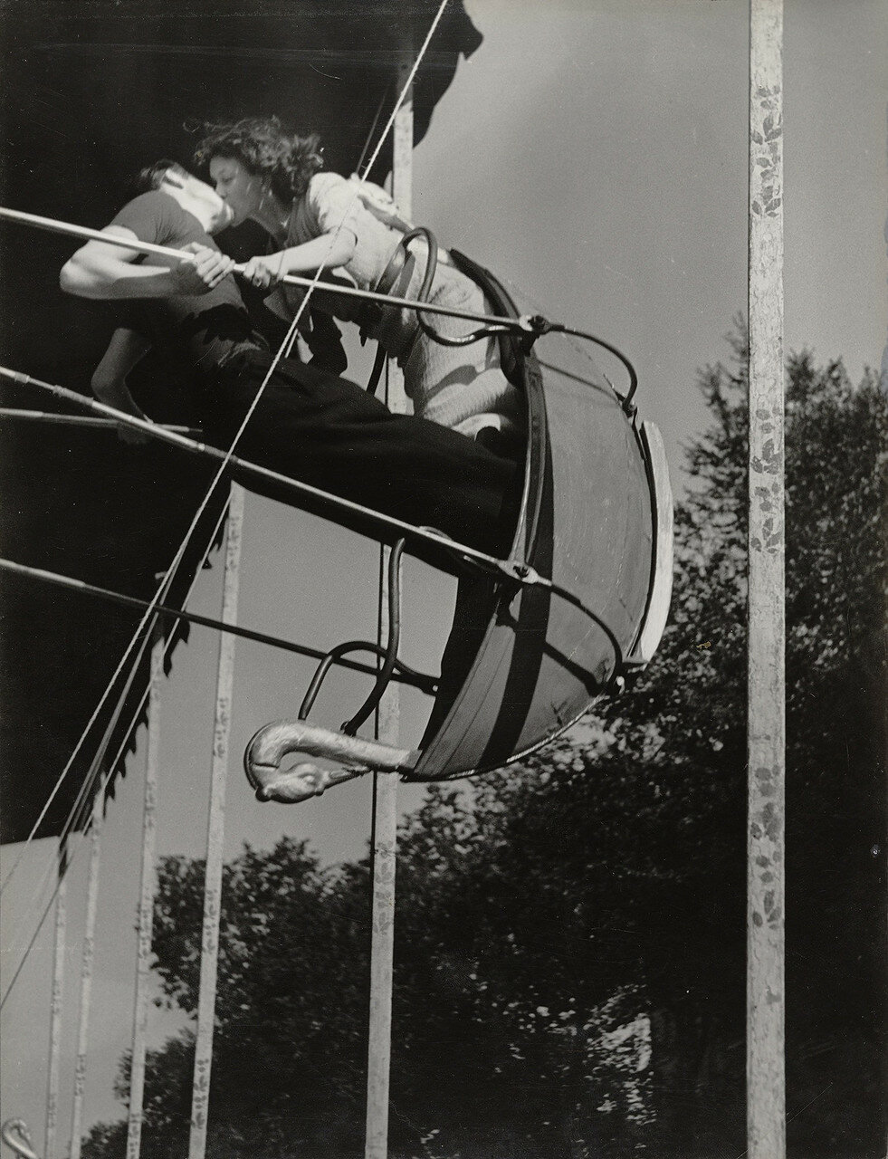 1936. Поцелуй на качелях на уличной ярмарке