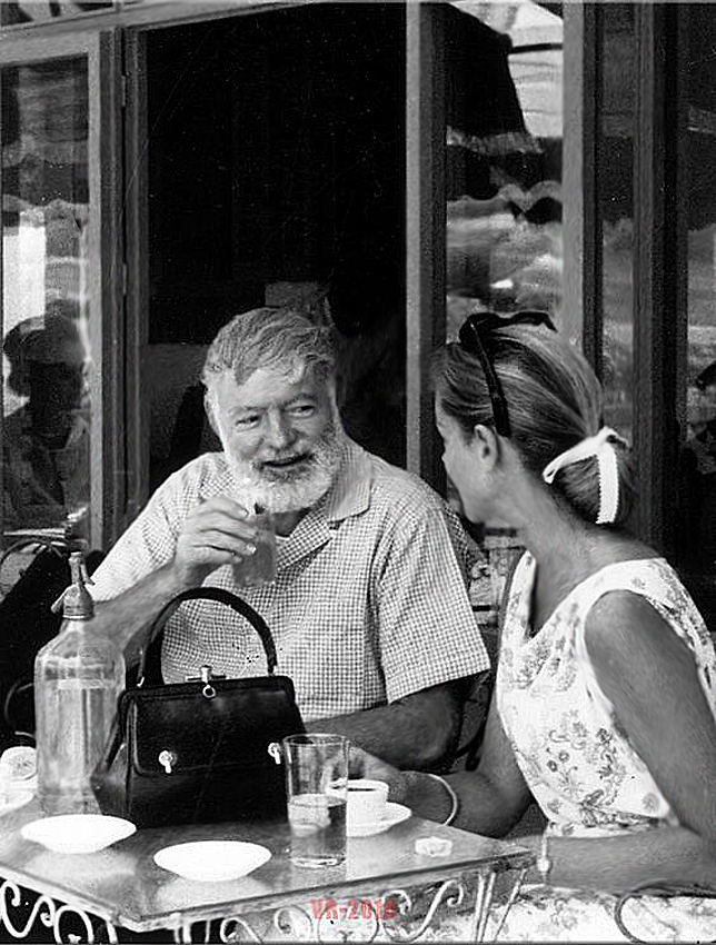 Эрнест Хемингуэй и Лорен Бэколл выпивают в Испании в 1950-х
