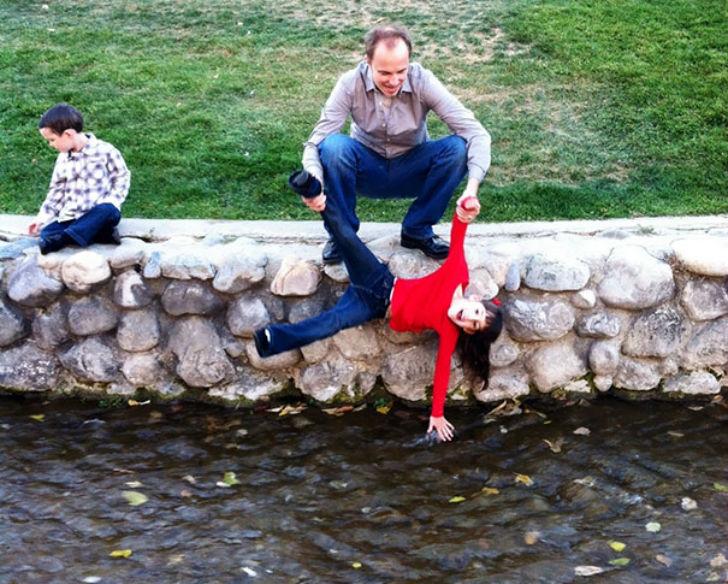 «Дочка очень хотела потрогать воду, но не могла сама дотянуться. Муж решил ей помочь».